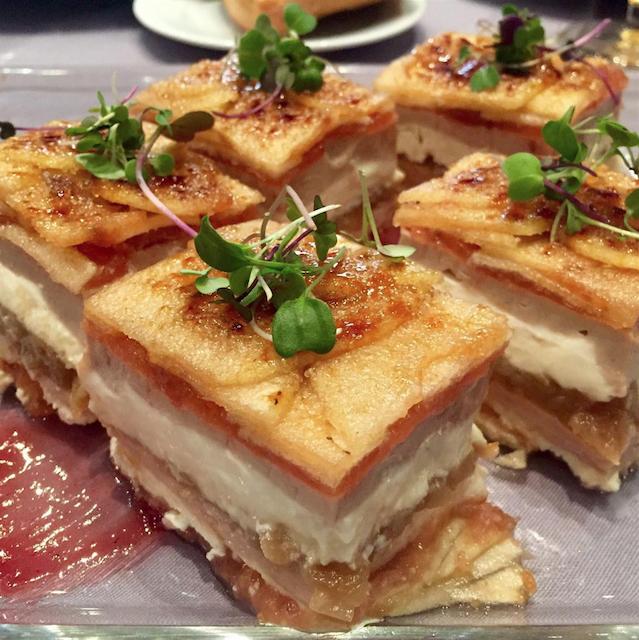 increíble combinación de milhojas con queso de cabra, foie y manzana