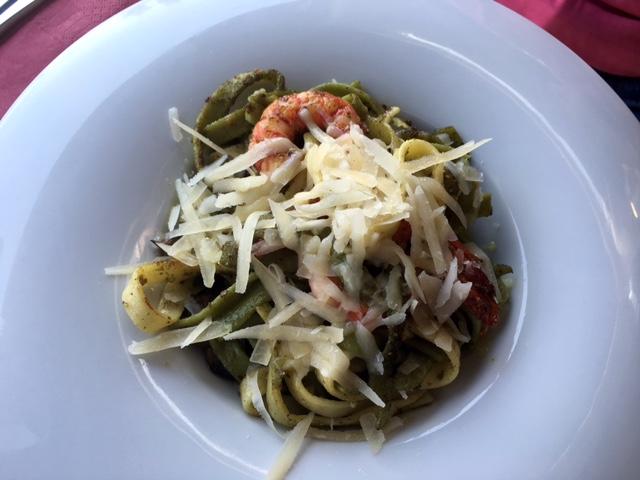 pasta verde con carbineros, boletus, queso parmesano, y crema de pesto.