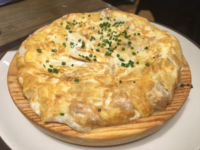 Tortilla de patatas con sesos y kokotxas