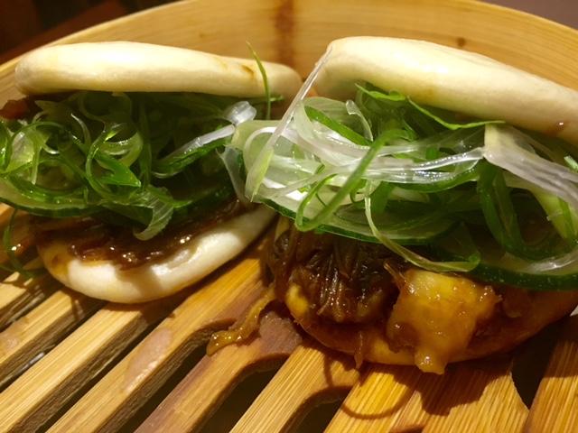 Bao de pato Pekín confit de pato, pepino y cebolleta China