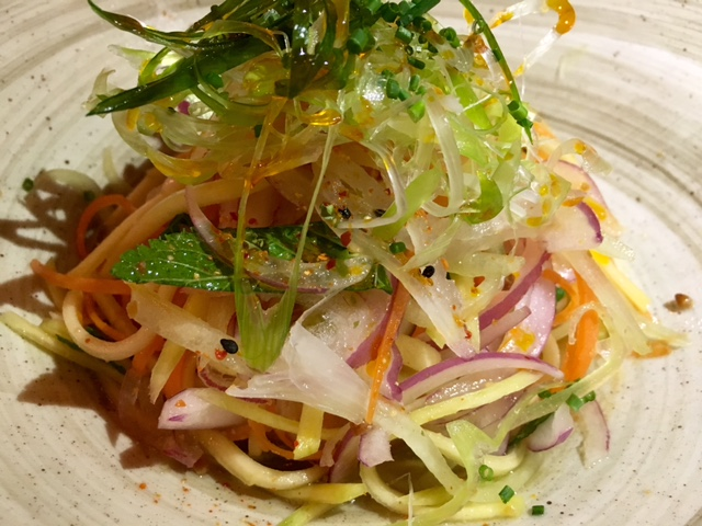 Ensalada Thai con mango verde y pollo al fuego