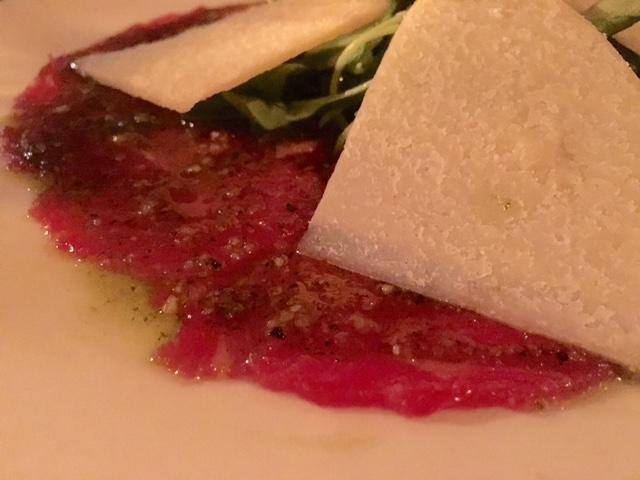 Carpaccio de Ternera con salsa al Pesto, Recula y queso Parmesano
