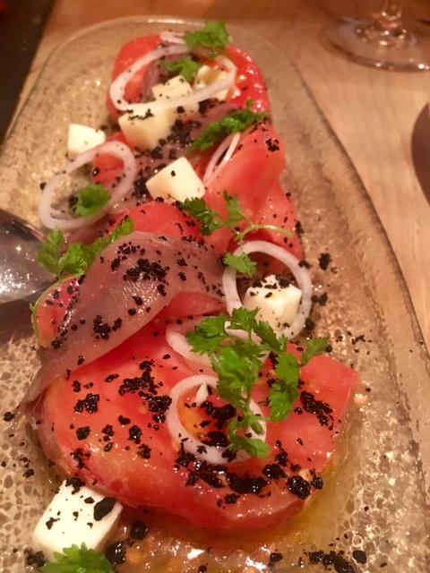 Tomate y Anchoas con Queso de Cabra, Aceituna negra deshidratada.
