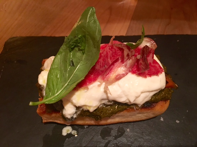 Focaccia de Verduras con Burrata de queso, cecina casera y pesto rojo
