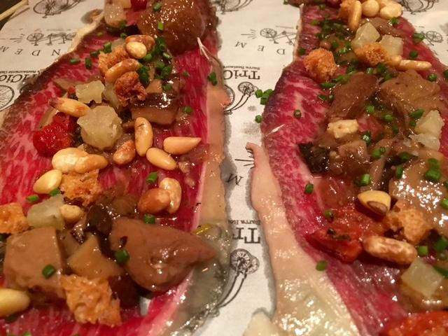 Lamina de Lomo de Vaca Rubia con escabeche de setas, dados de queso, tomate seco, piñones y pan tostado