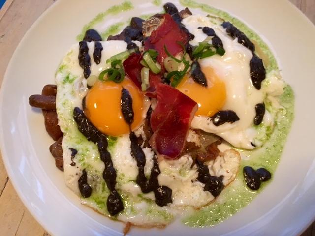 Milhojas de Patata con Huevos Fritos, Setas Boletus, Lascas de Jamón Ibérico y aceite de trufa