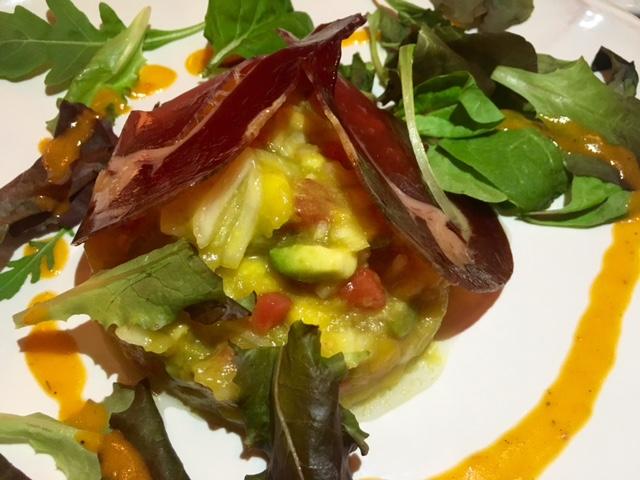 Tartar de tomate, cebolleta, mango y aguacate con cecina