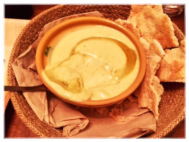 Crema del jugo de pernil y queso crema con casabe