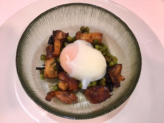 Guisantes salteados con Setas, salsa española y huevo escalfado