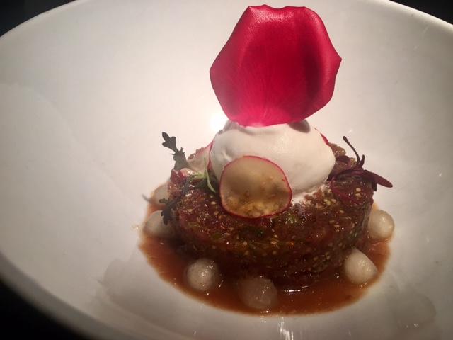 Tartar Atún con salsa de Tamarindo, Helado de Coco y lagrimas de melón