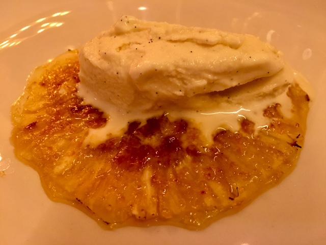 Carpaccio de Piña caramelizada y helado de Vainilla