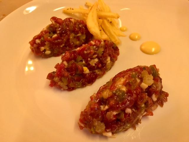 Steak Tartare de Lomo de Vaca Gallega con Trufa y patatas fritas