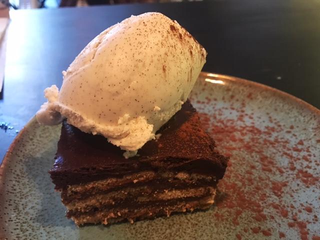 Tarta de galletas con chocolate la de toda la vida y helado de vainilla