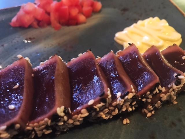 Tataki de Tarantelo con algas niponas, mayonesa de wasabi y tomate de la tierra