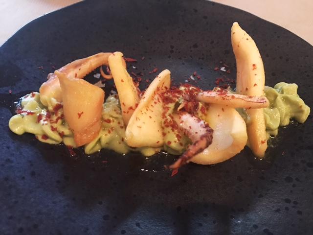 Calamares fritos con salsa de aguacate
