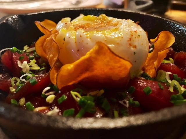 Huevos rotos con Atún marinado