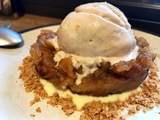 Manzana asada con helado de avellana