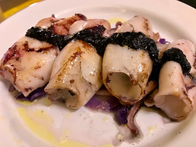 Chipirones con cebolla confitada y salteado de lombarda