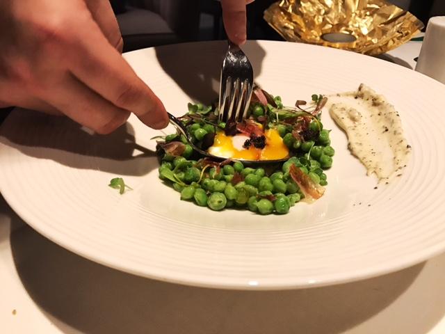 Guisantes lagrima del Maresme con huevo campero y jamón ibérico
