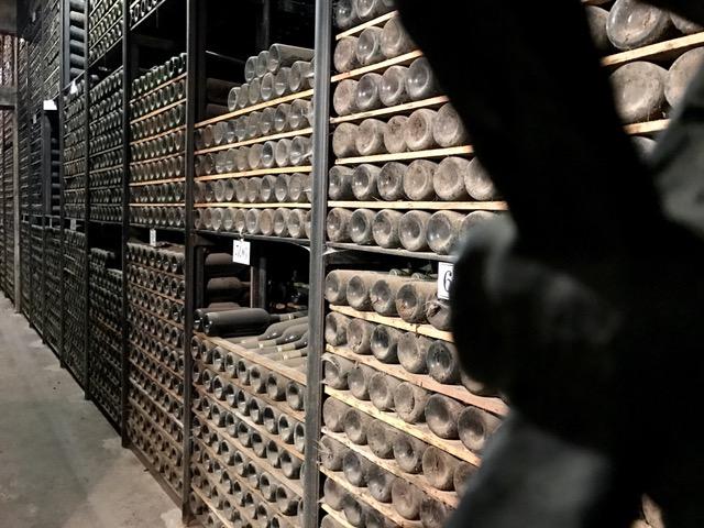 Miles de Botellas de las mejores añadas, décadas esperando...