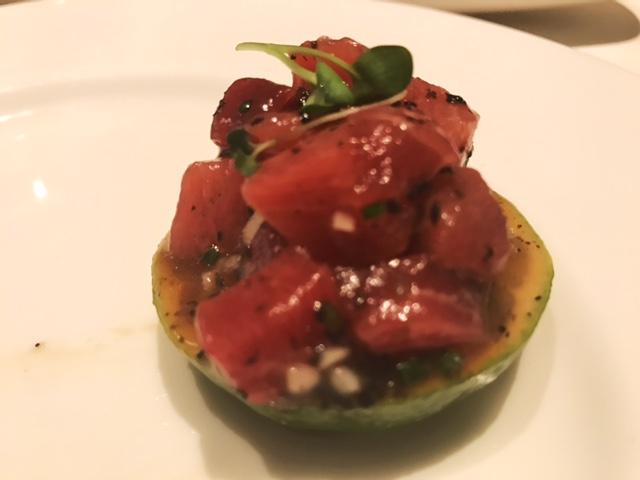 Tartar de Atún Rojo con trufa negra y aguacate sobre raja de lima