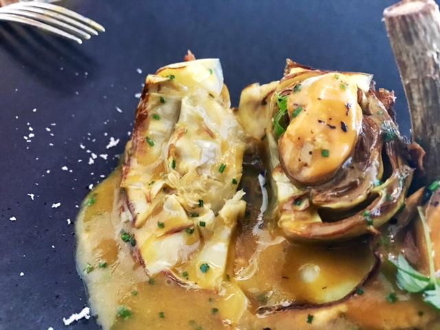 Alcachofas confitadas y fritas en Aceite de oliva servidas en guiso de Mejillones