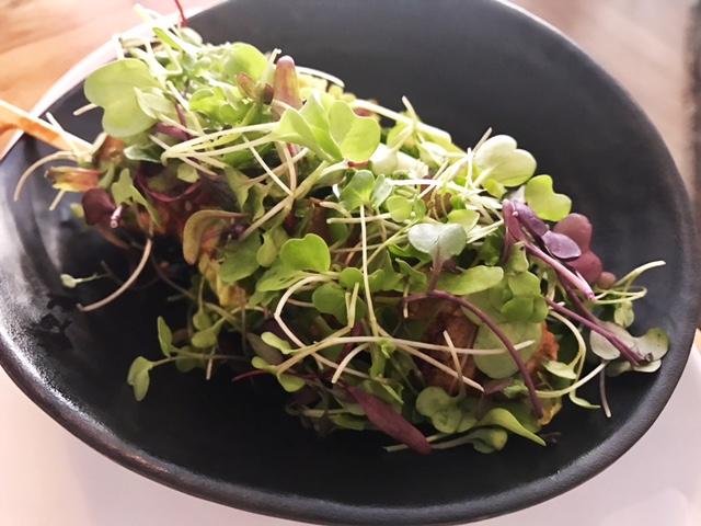 Brocheta de Atún Rojo marinado en Curry Thai sobre Taco vegetal con crema de Cacahuete y aliño cítrico