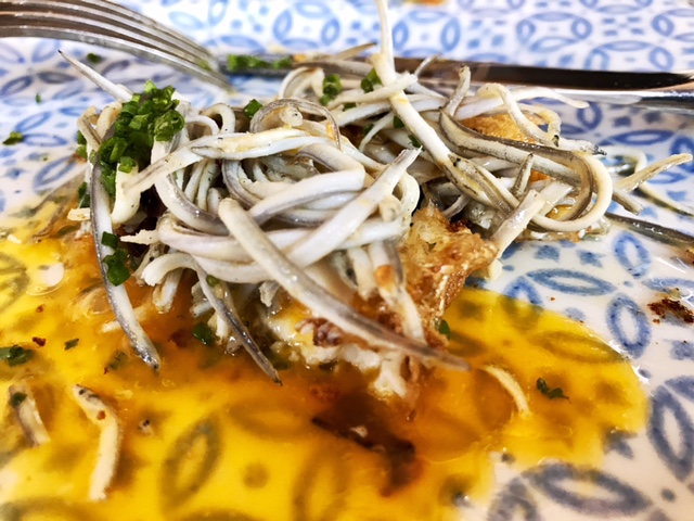 Huevo frito con Angulas