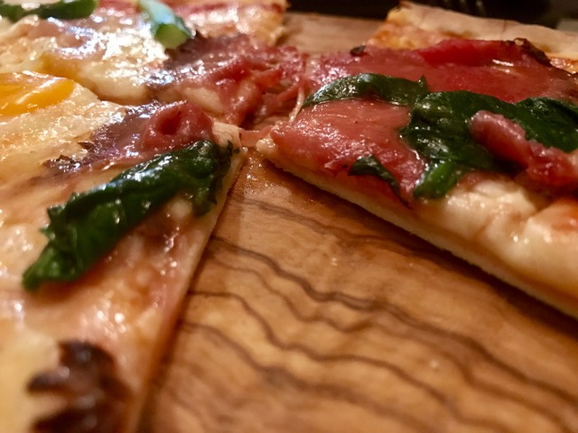 Pizza mixta de Roast beef y espinacas y Fina Catalina