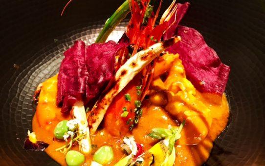 Curry rojo de Gamba alistada con crujiente de Patata morada